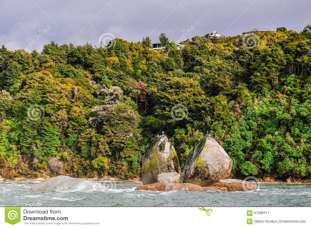 Split Apple Rock In Abel Tasman National Park, New Zealand Stock.