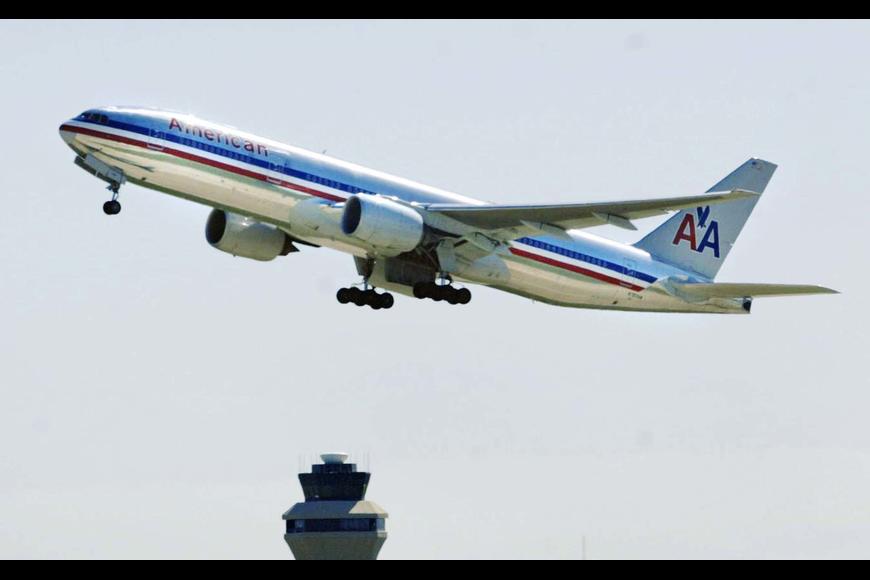 SRQ lands American Airlines flight to Philadelphia.