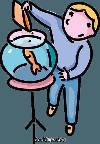 niño de alimentar a un pez de colores libres de derechos.