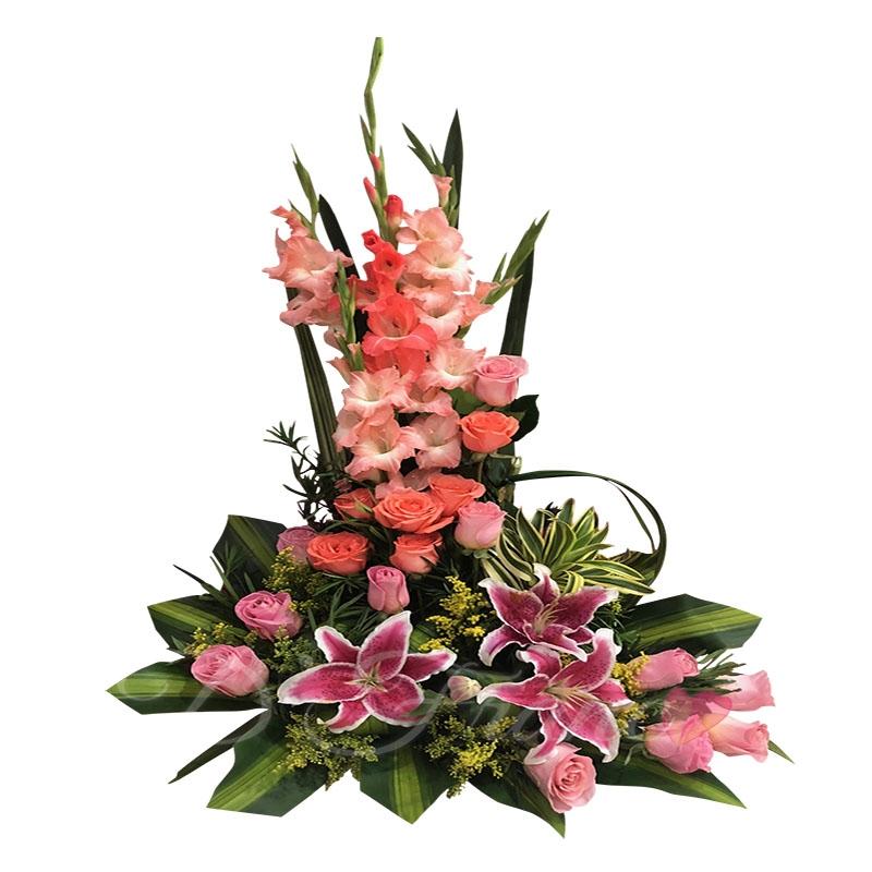 Arreglo Floral Con Rosas y Lirios.