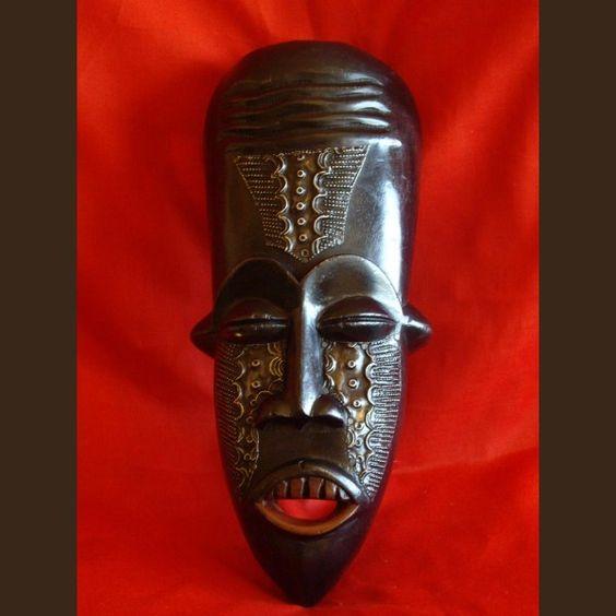 Máscara de madeira africana de Gana etnia Ashanti de metal.