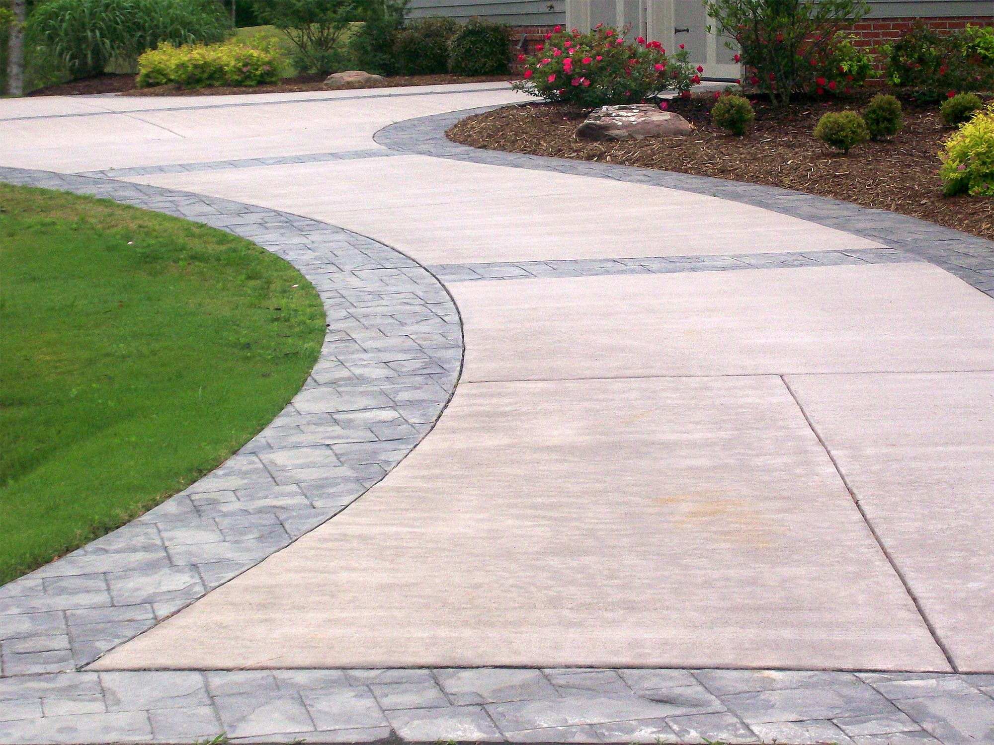 The Difference Between an Asphalt and Concrete Driveway Surface.