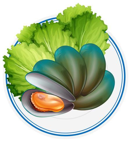 Moules bouillies et légumes sur assiette.