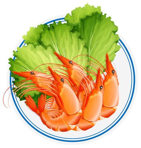 Crevettes cuites et légumes sur une assiette.