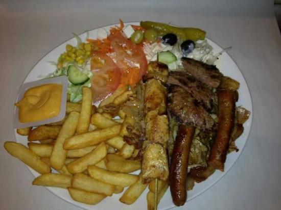 Assiette Ali Baba: frite+salade+sauce+(pita poulet, pita.