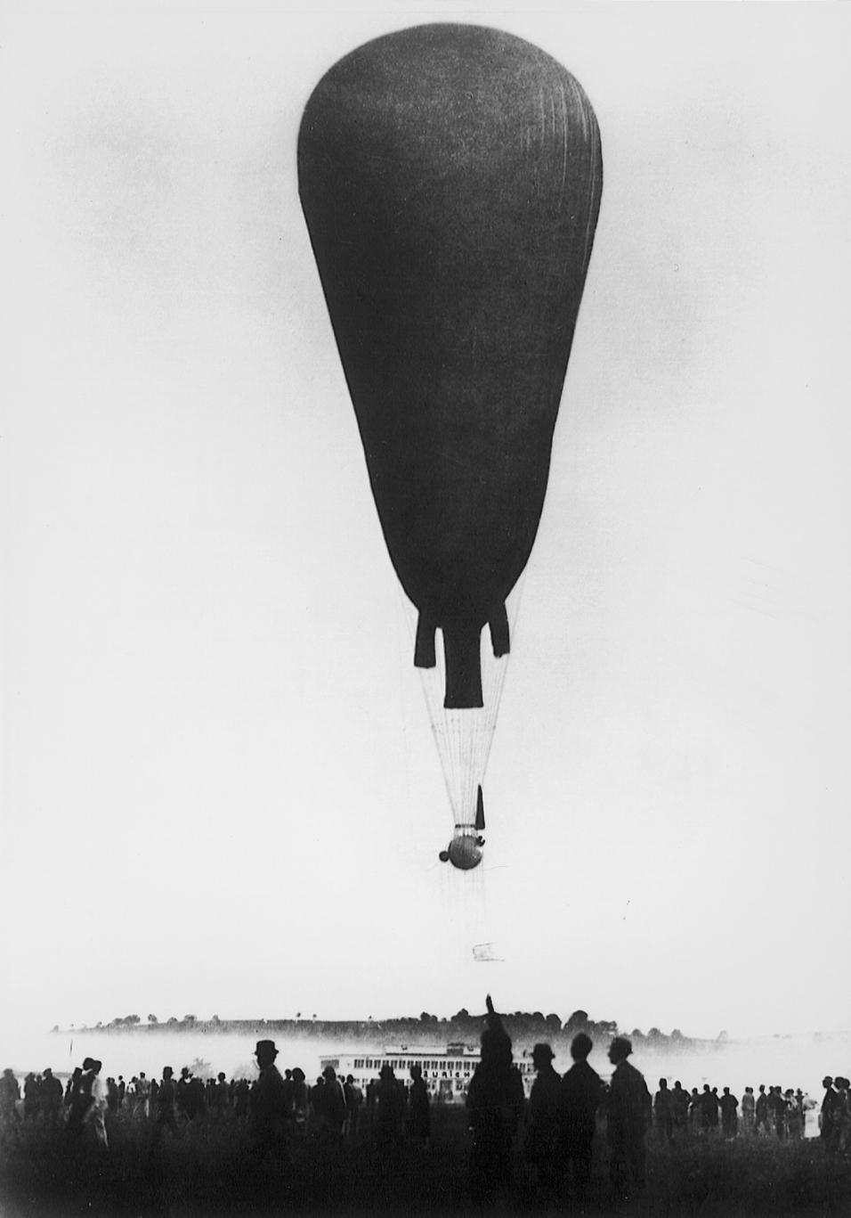 Auguste Piccard : premier homme à voir la courbure de la terre et.
