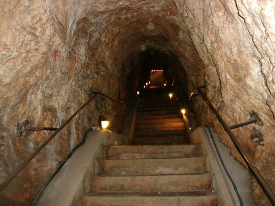 la descente dans la grotte de l'aven d'orgnac.