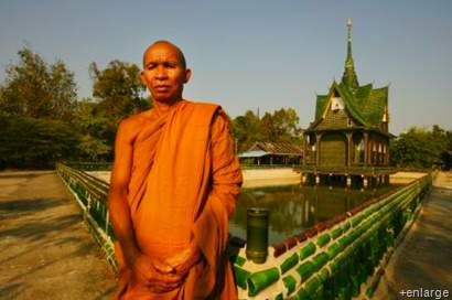 Kuil Budha yang Terbuat dari Sejuta Botol Bir Bekas.