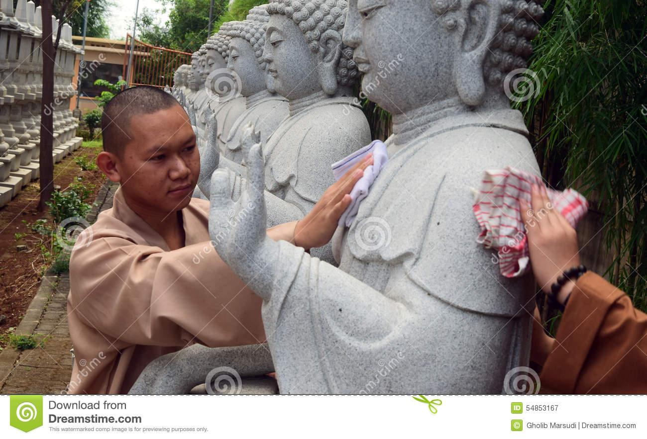 Biksu Membersihkan Patung Buddha Bersih Pada Hari Waisak Editorial.