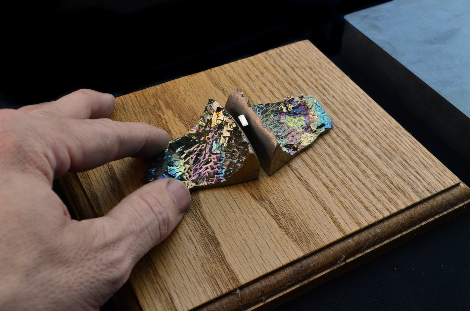 Floating Magnet with Bismuth Crystal Diamagnetic by Element83.