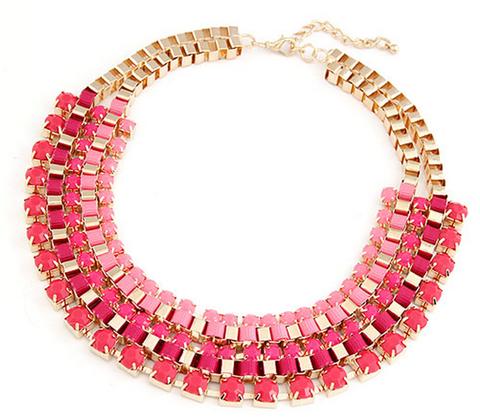 Collar de bisuteria rosa con dorado.