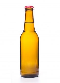 Botella de cerveza en fondo blanco.