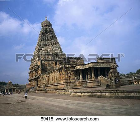 Pictures of People walking in front of temple, Brihadisvara Temple.