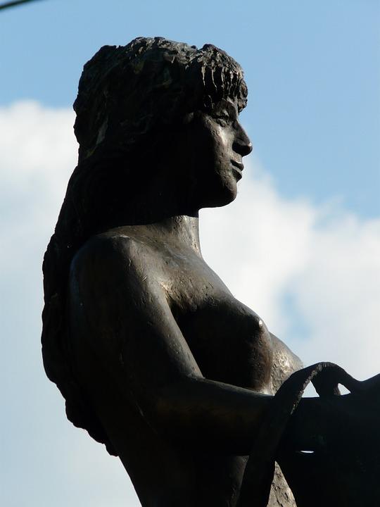 Free photo Naked Statue Breast Bosom Bullayer Brautrock Woman.