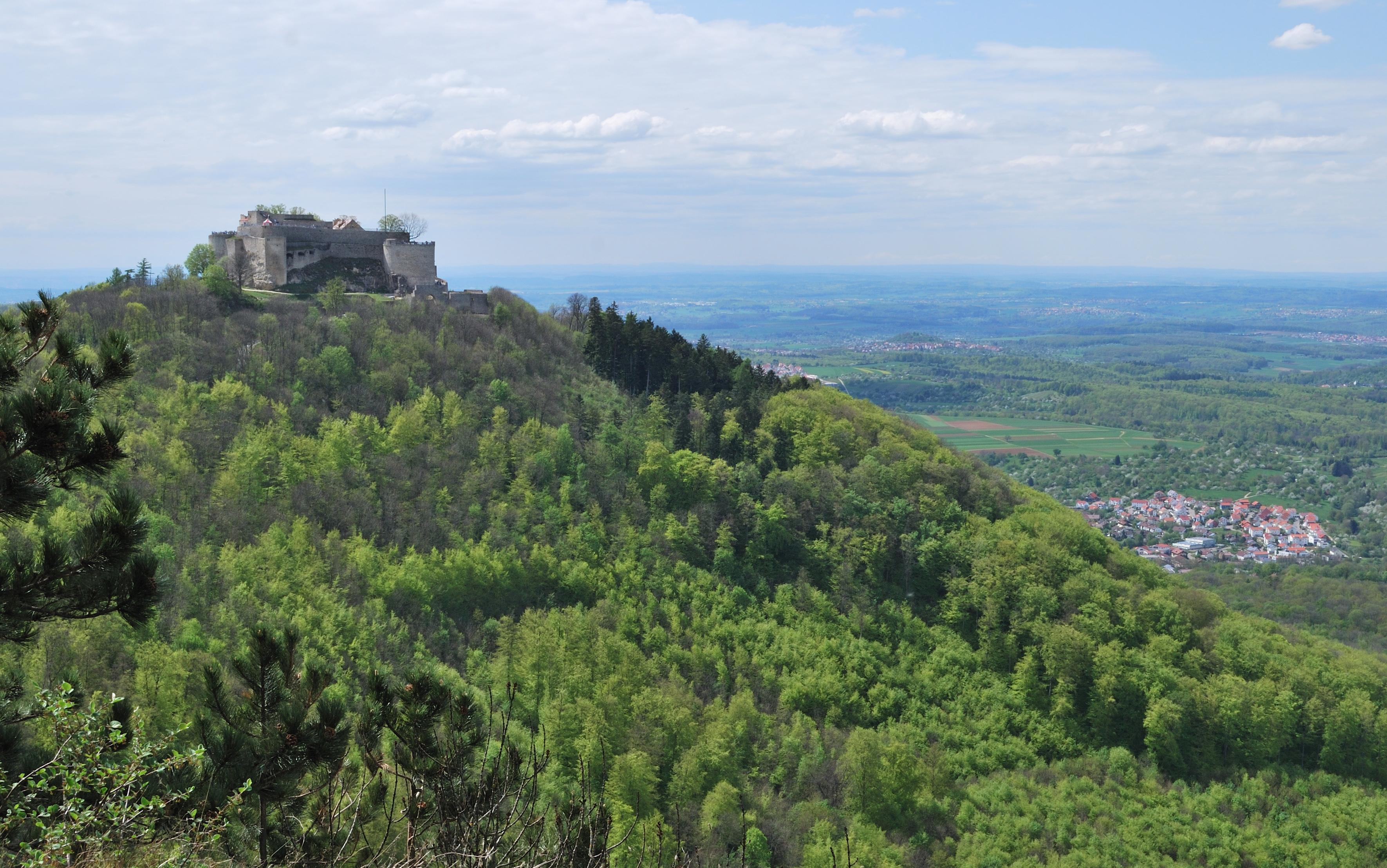 File:Burg Hohenneuffen vom Wilhelmsfels (2).jpg.
