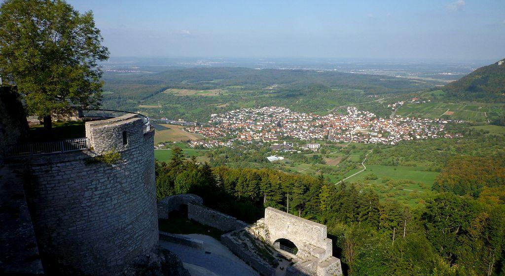 File:Burg Hohenneuffen, Turm mit Sicht auf Beuren.JPG.