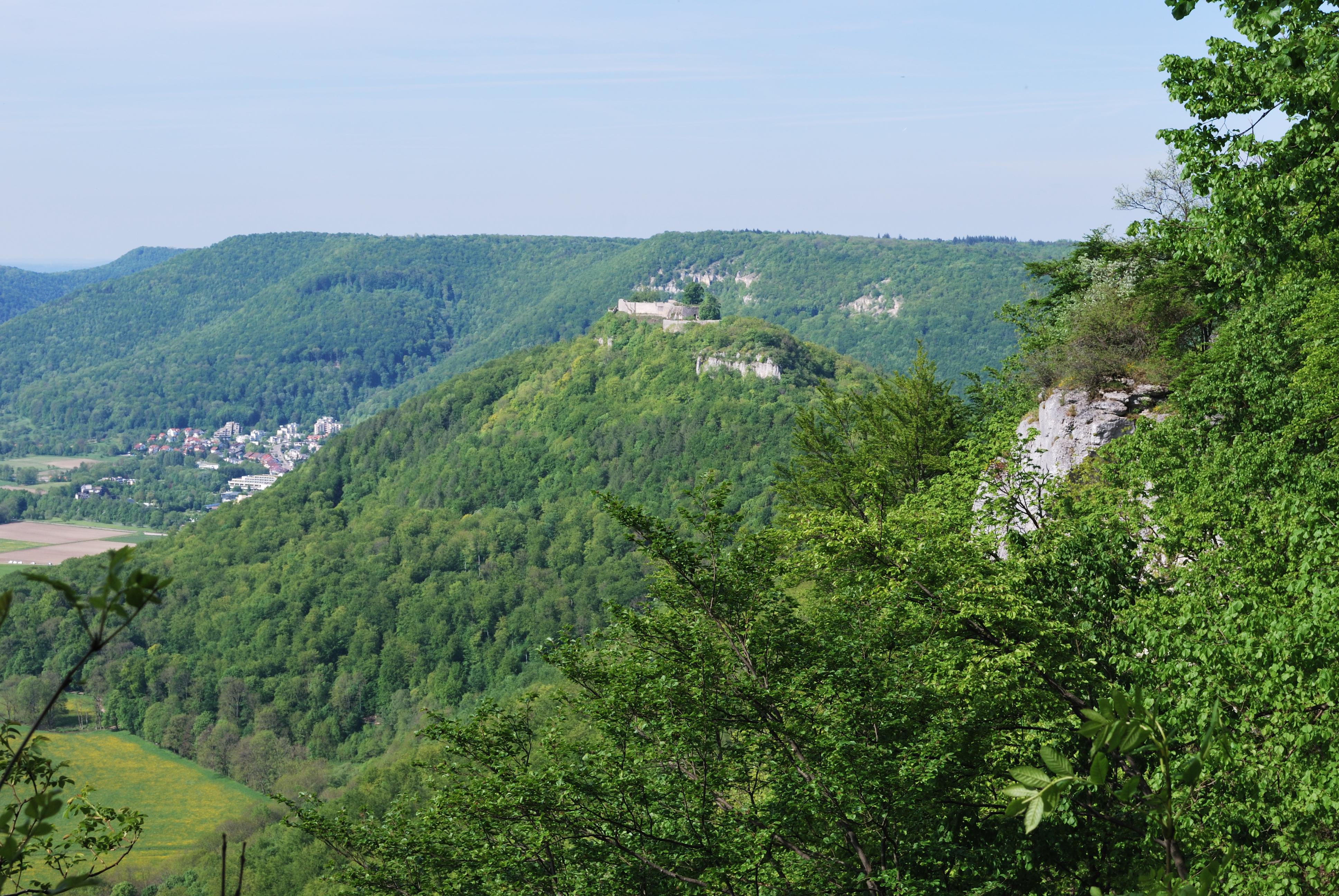File:Burg Hohenurach und Eppenzillfelsen.jpg.