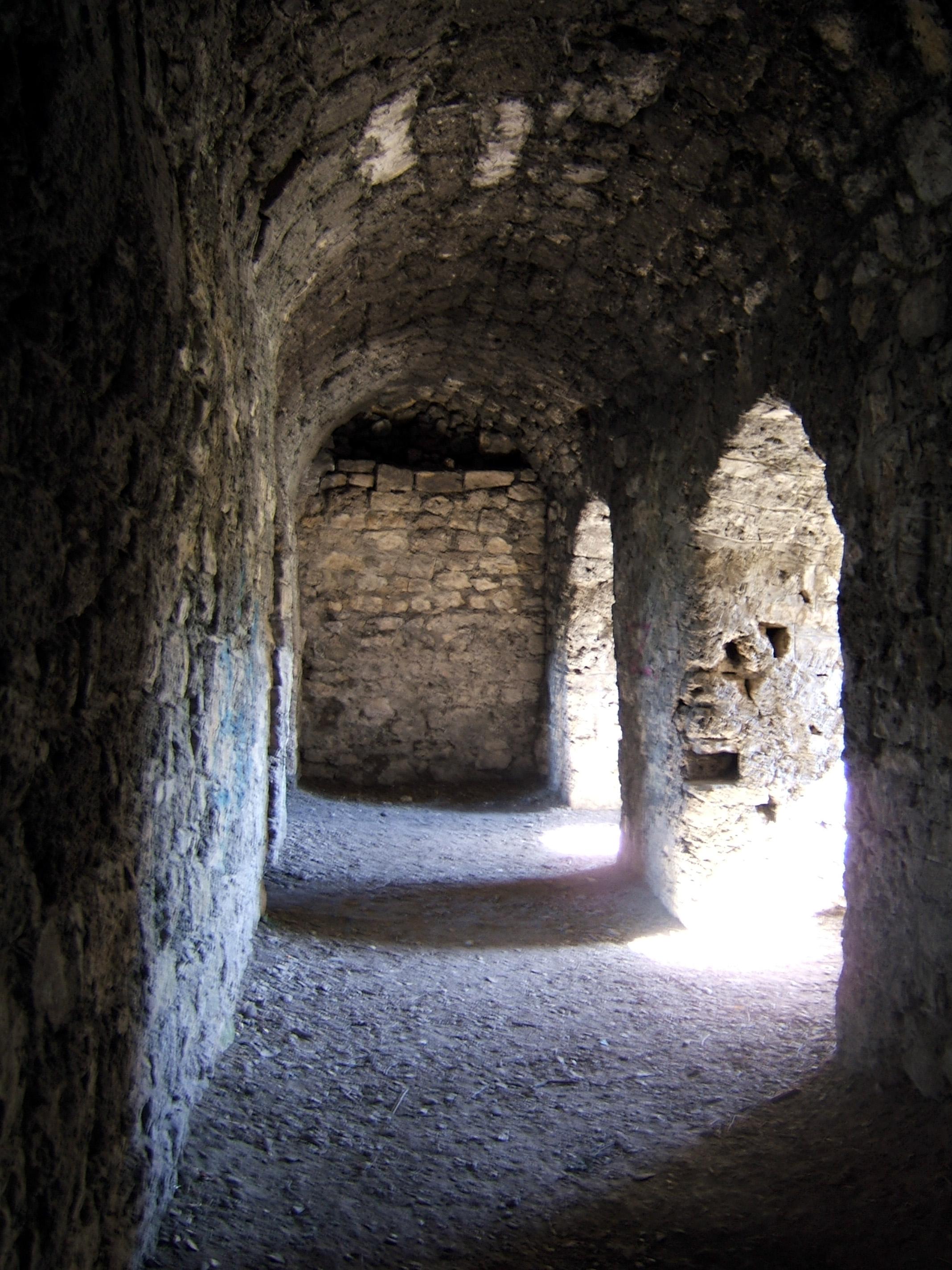 File:Burg Hohenurach 11 Gewölbegang mit Fensternischen 01.jpg.