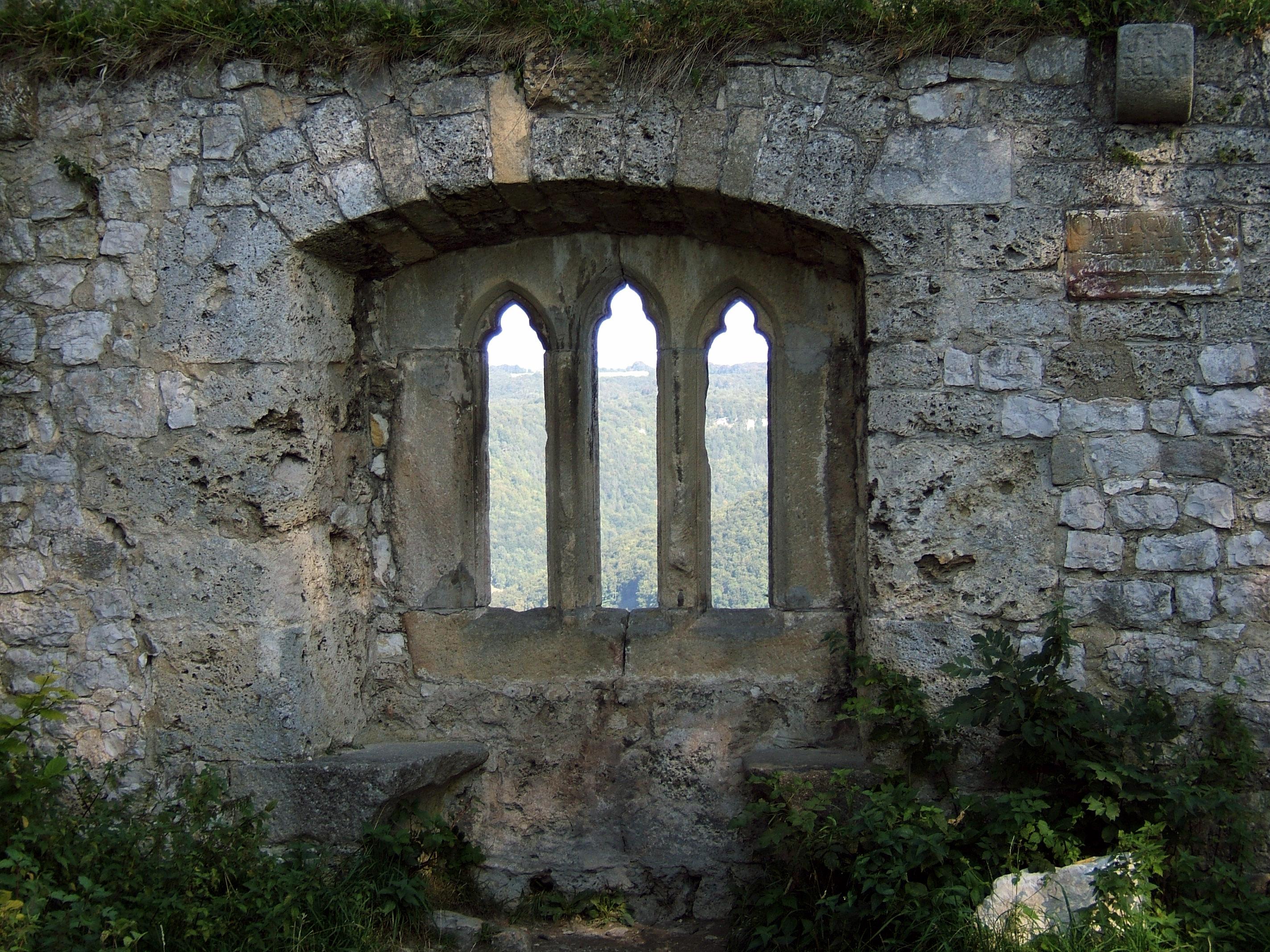 File:Burg Hohenurach 38 gotisches Fenster 02.jpg.