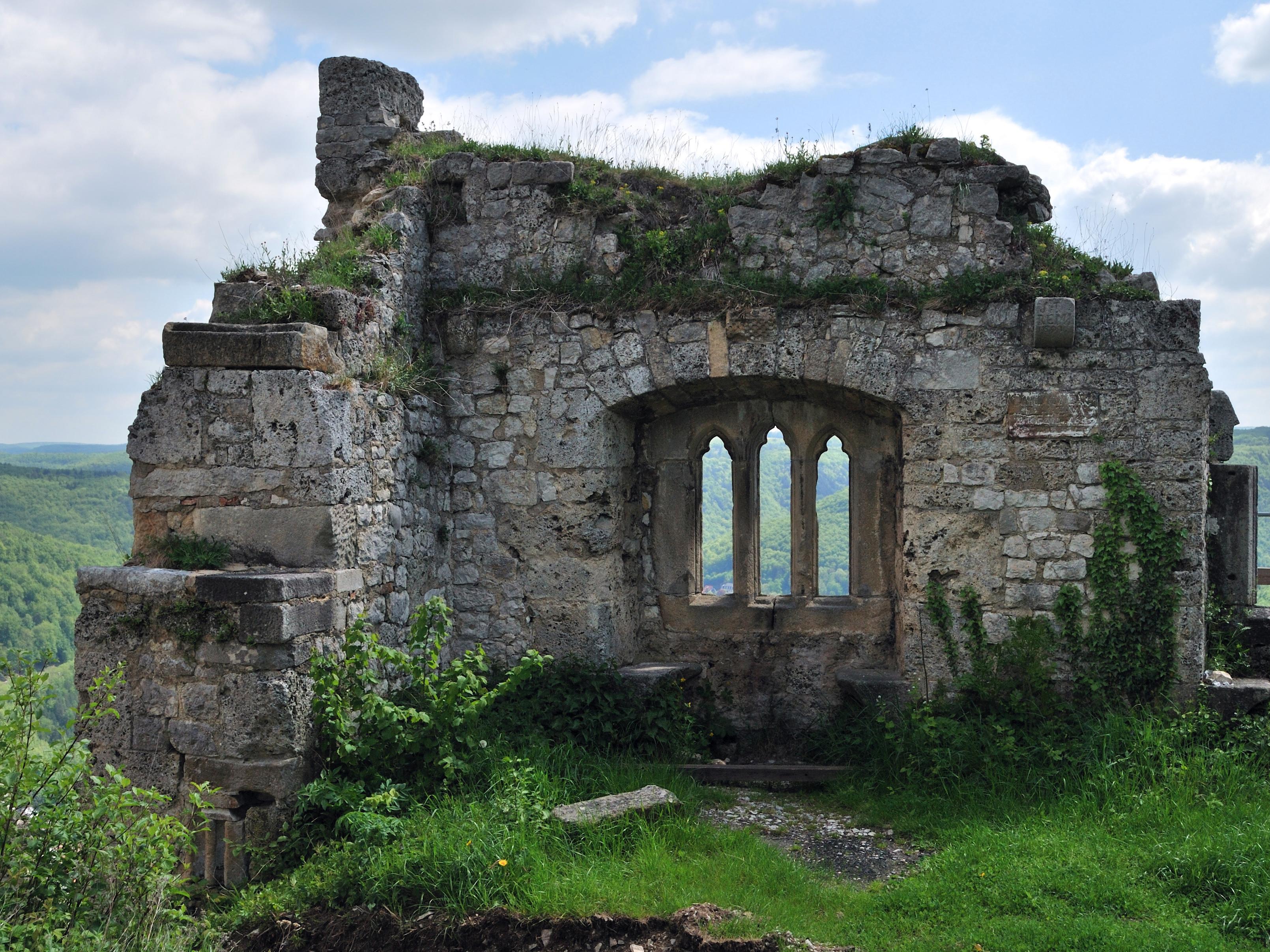 File:Burg Hohenurach 2012 gotisches Fenster.jpg.