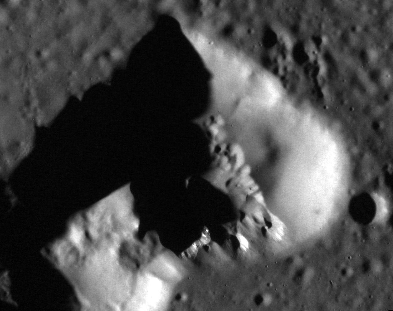 File:Possible volcano in Caloris Planitia (close.