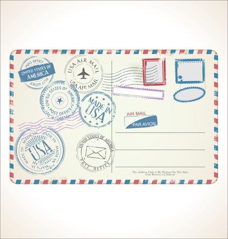 timbre et carte postale sur fond blanc.