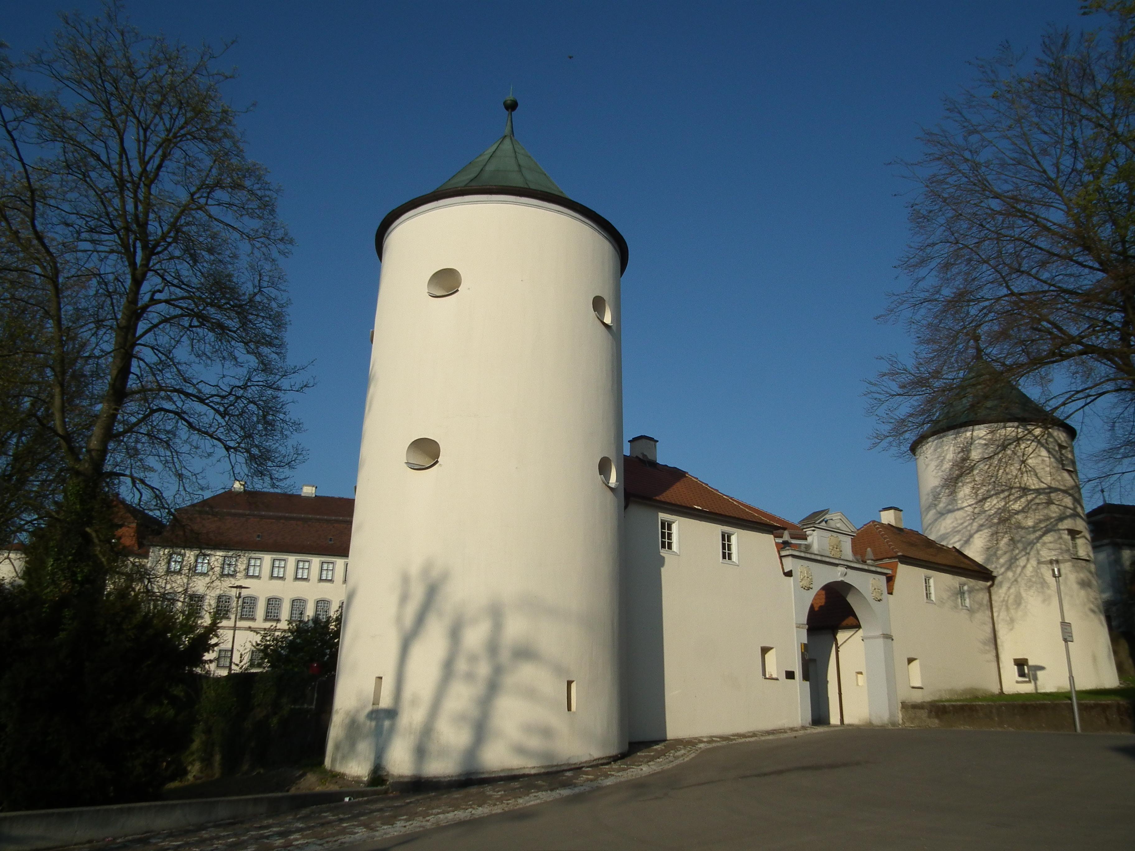File:Wehrtürme Zugang Schloß Großlaupheim.JPG.