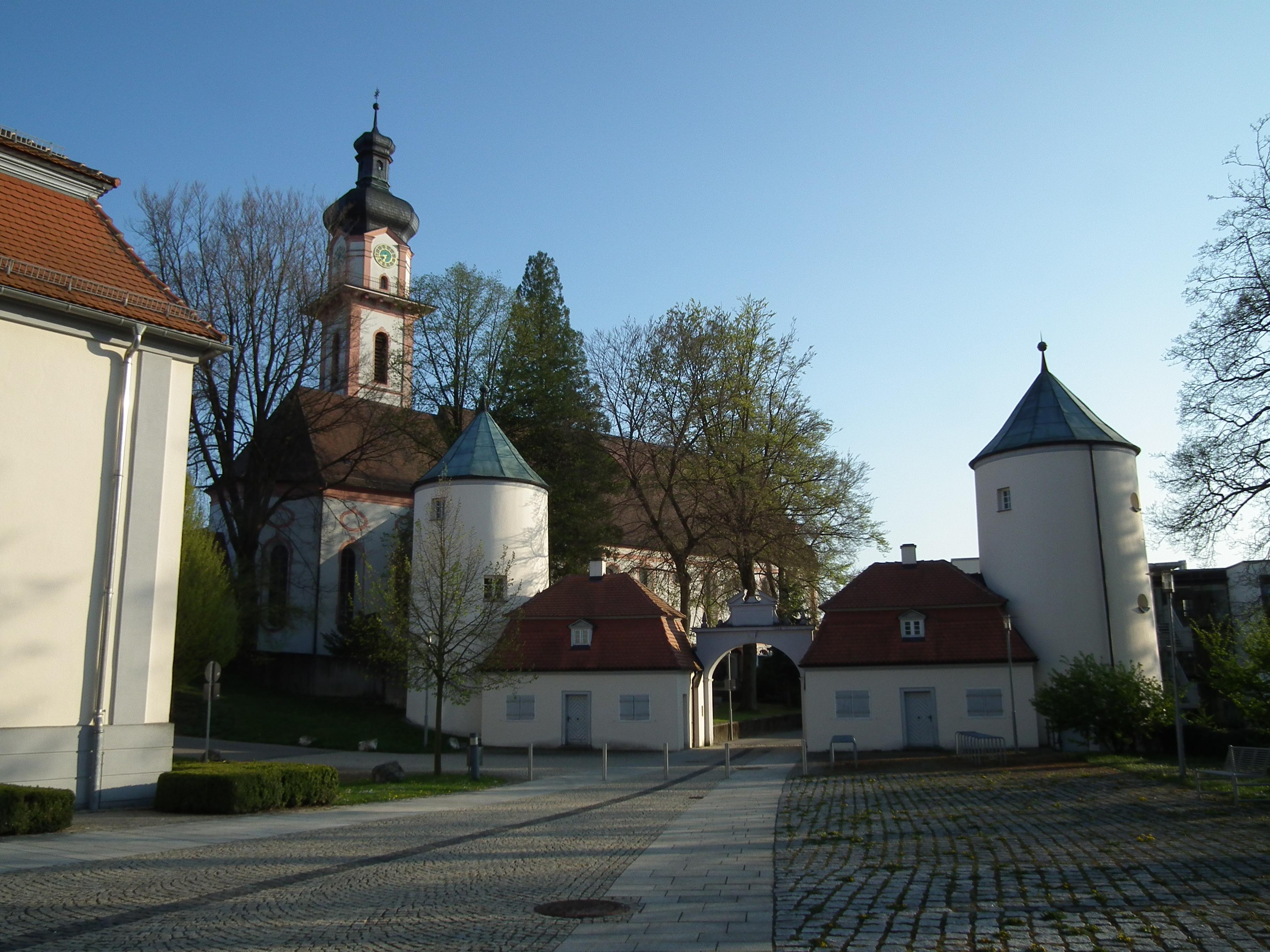 File:Ensemble Wehrtürme Schloß Großlaupheim St Peter und Paul.