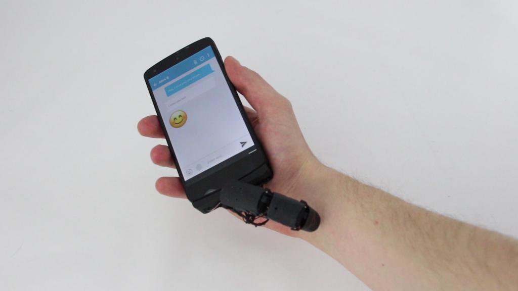 Dedo robótico para celular faz carinho na mão e cutuca quando chega.