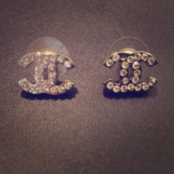 Chanel mini CC logo stud earrings.
