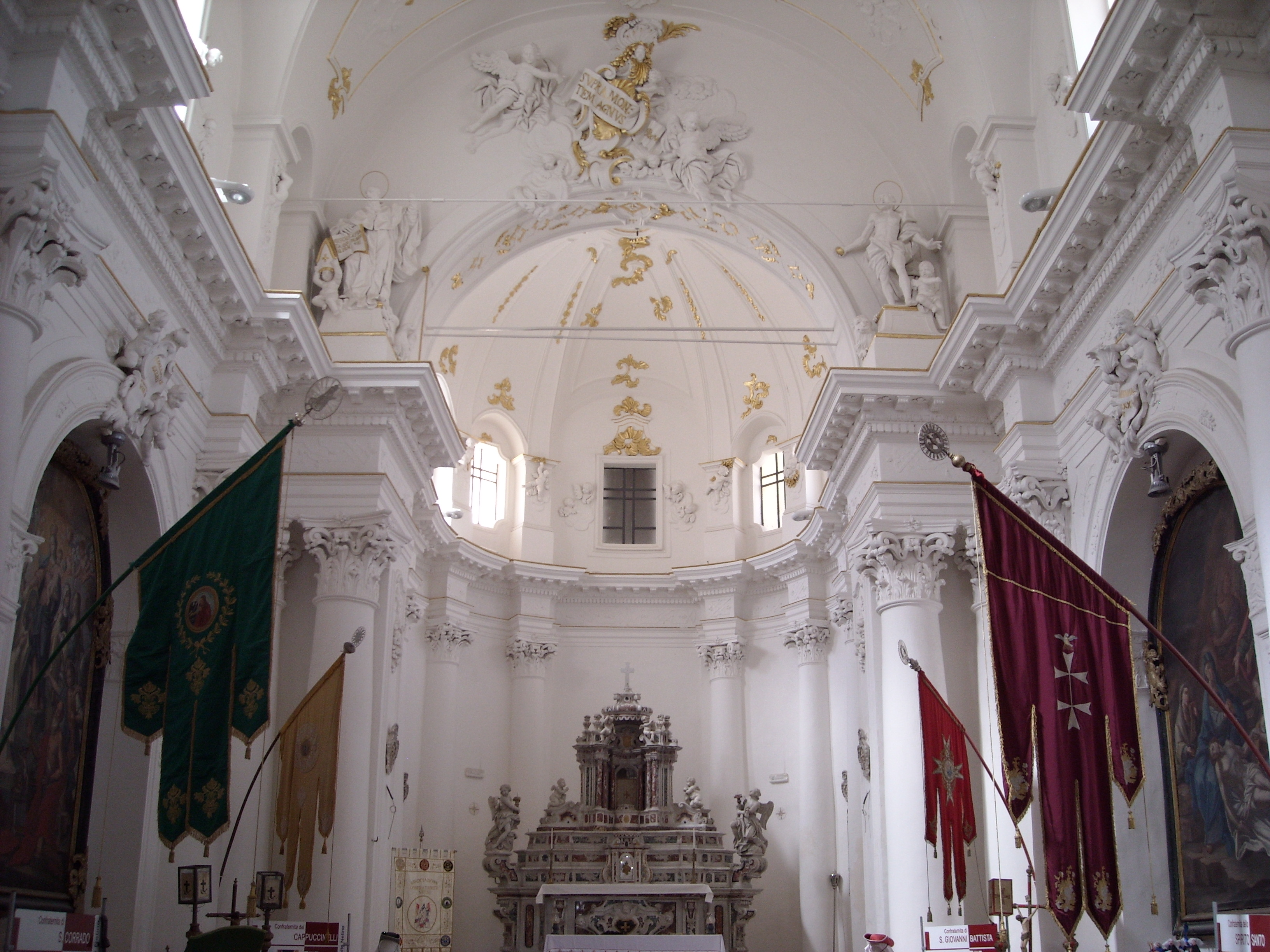 File:Chiesa di Montevergine innen.JPG.