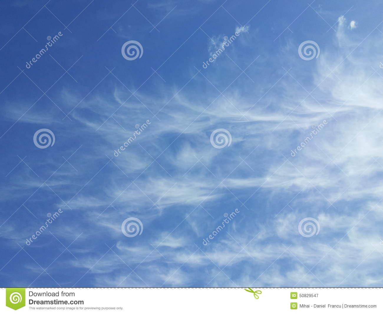 Cirruswolken Im Blauen Himmel Stockfoto.