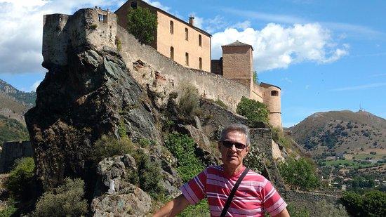 O castelo no alto da cidade de Corte, Corsega, França..