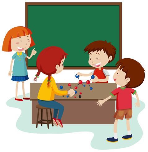 Étudiant étudier molécule en salle de classe.