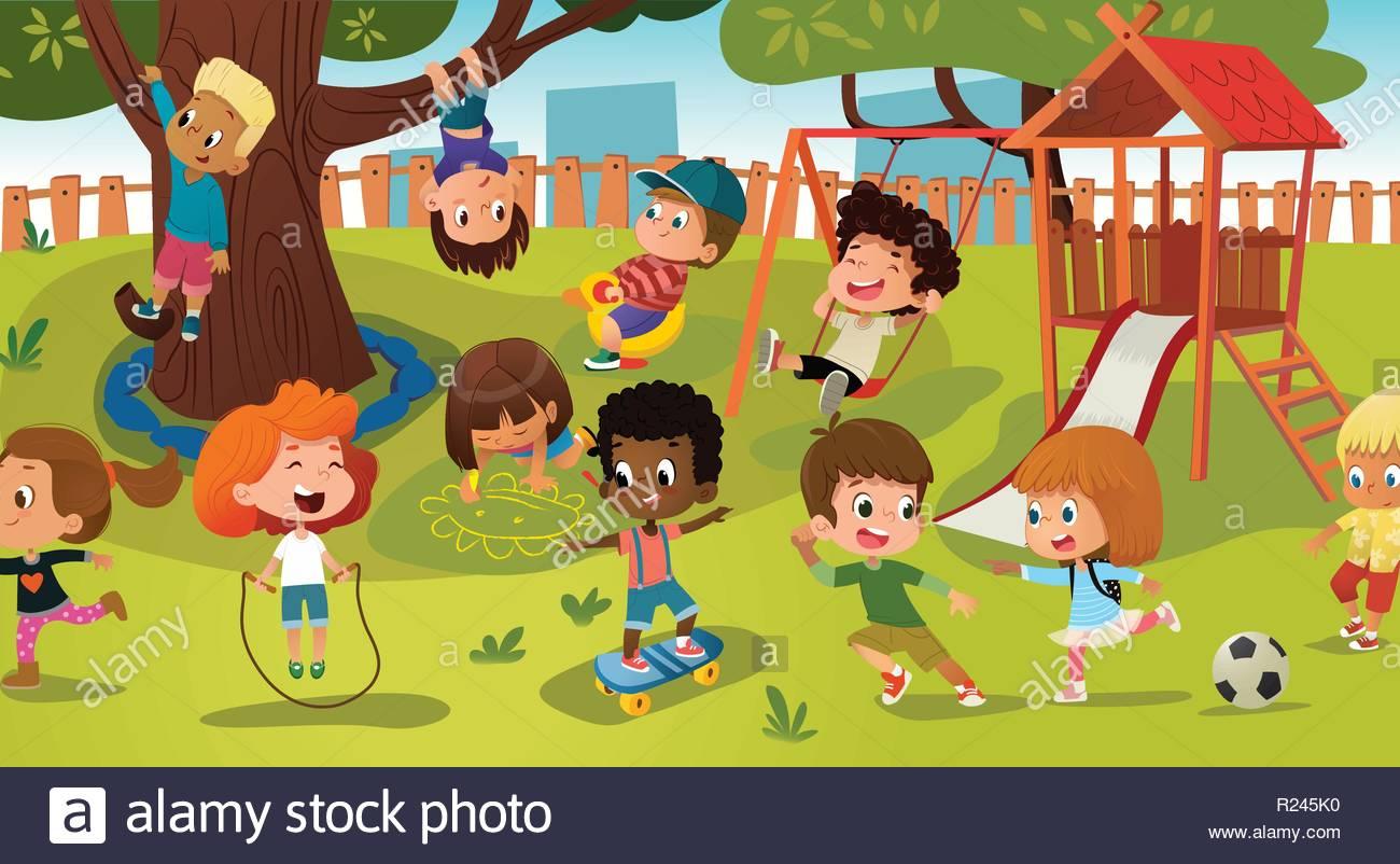 Grupo de niños jugando en un parque público, o patio de recreo con.