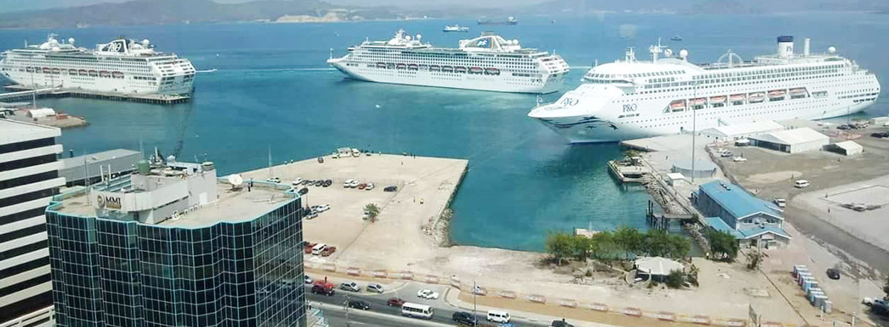 P&O Cruise liners leave Port Moresby after APEC 2018.