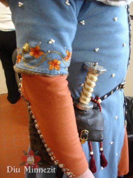 Detailaufnahme der Stickereien am Surcot, der Perlen und des.