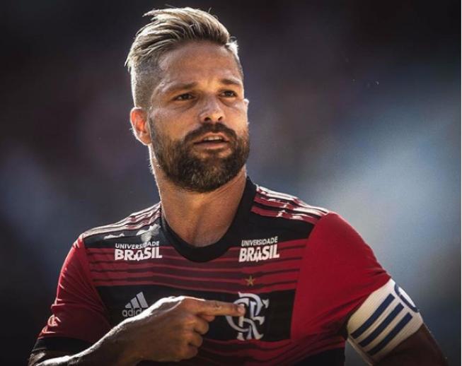 Após novela para renovação de contrato, Diego assina com o Flamengo.