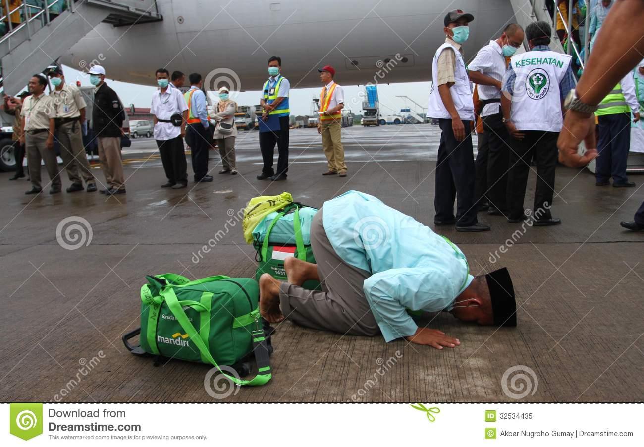 Muslim Pilgrim Going Home Editorial Image.
