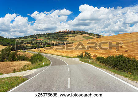 Pictures of Italy, Tuscany, Siena, Val d'Orcia, Pienza. Farmland.