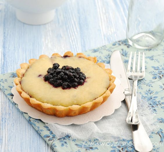 Elderberry Tart with elderflowers from Dulches bocados.