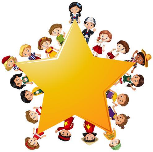 Enfants heureux autour de l'étoile jaune.