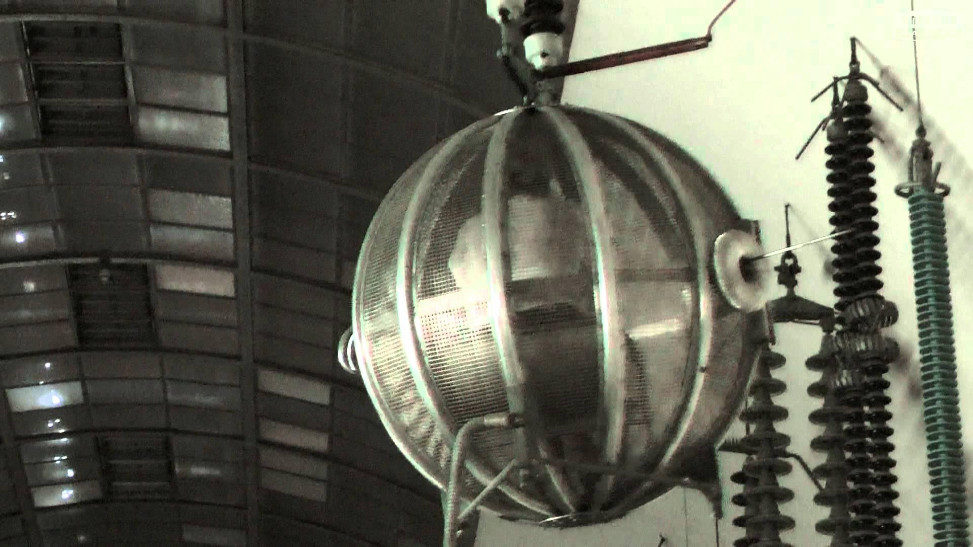 Wetterexpertin Indra testet den Faradaysche Käfig im Deutschen.