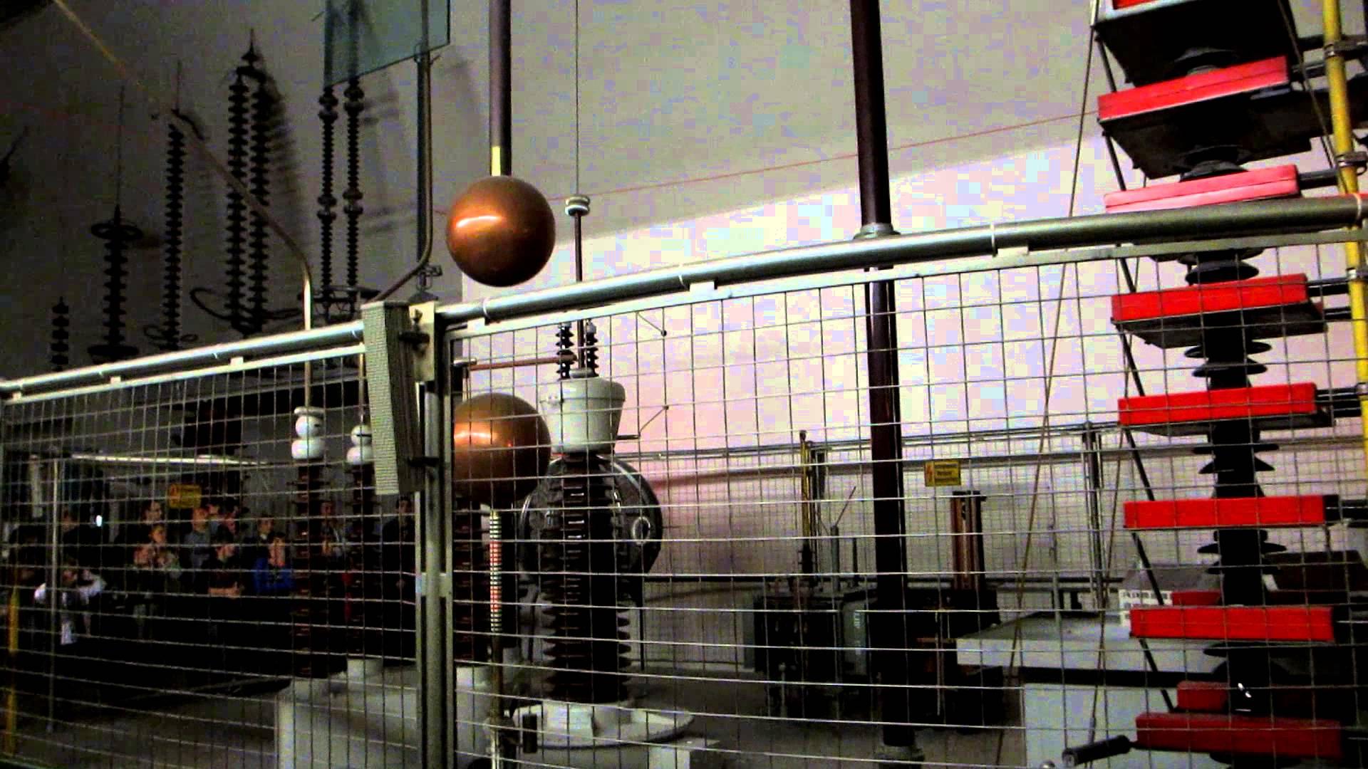 München Alex im Faradayscher Käfig Deutsches Museum München.