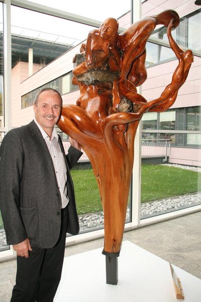 Bild 2 aus Beitrag: Künstler bedankt sich bei LKH mit Skulptur.