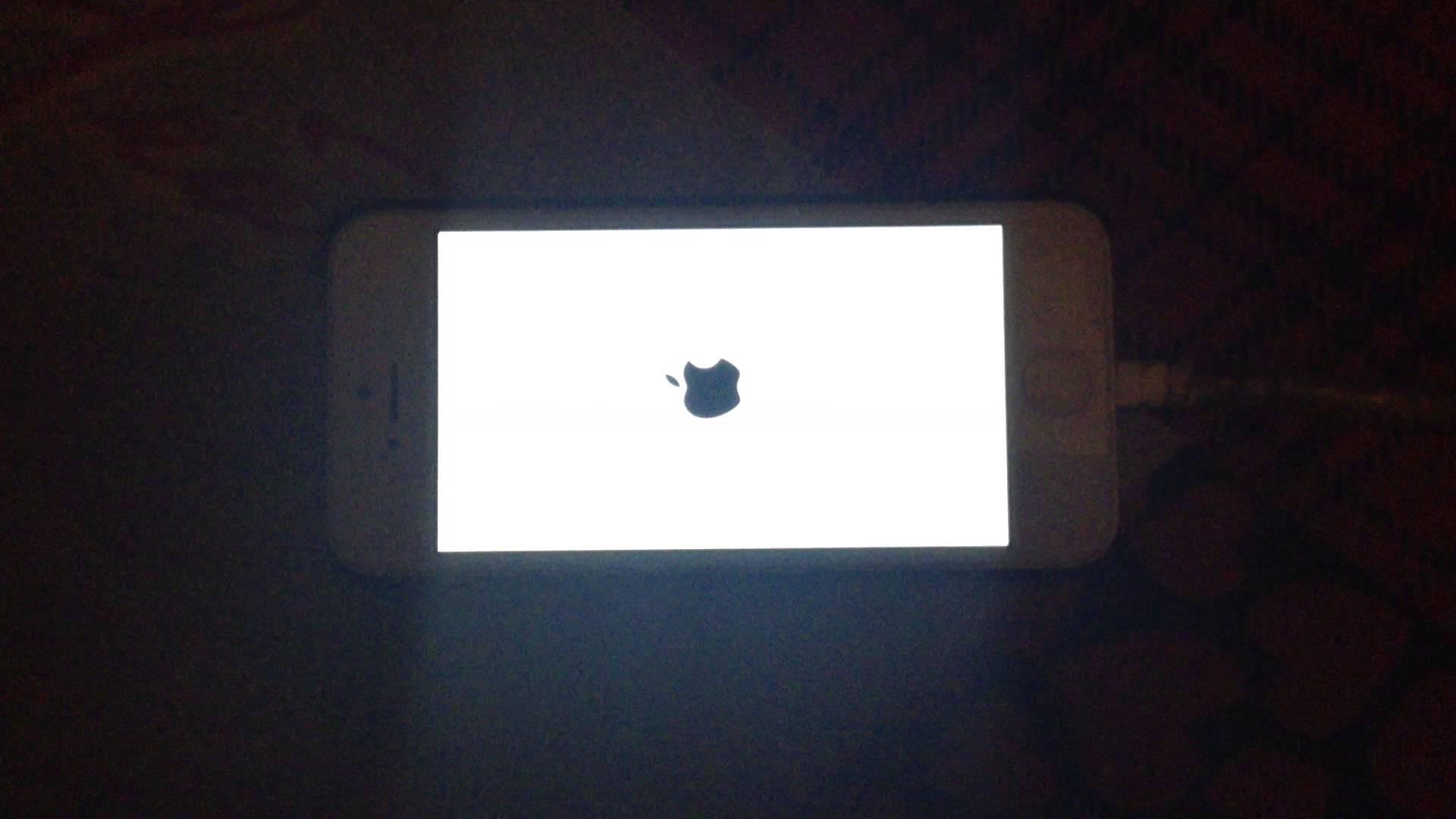 Iphone flashing apple Logos.