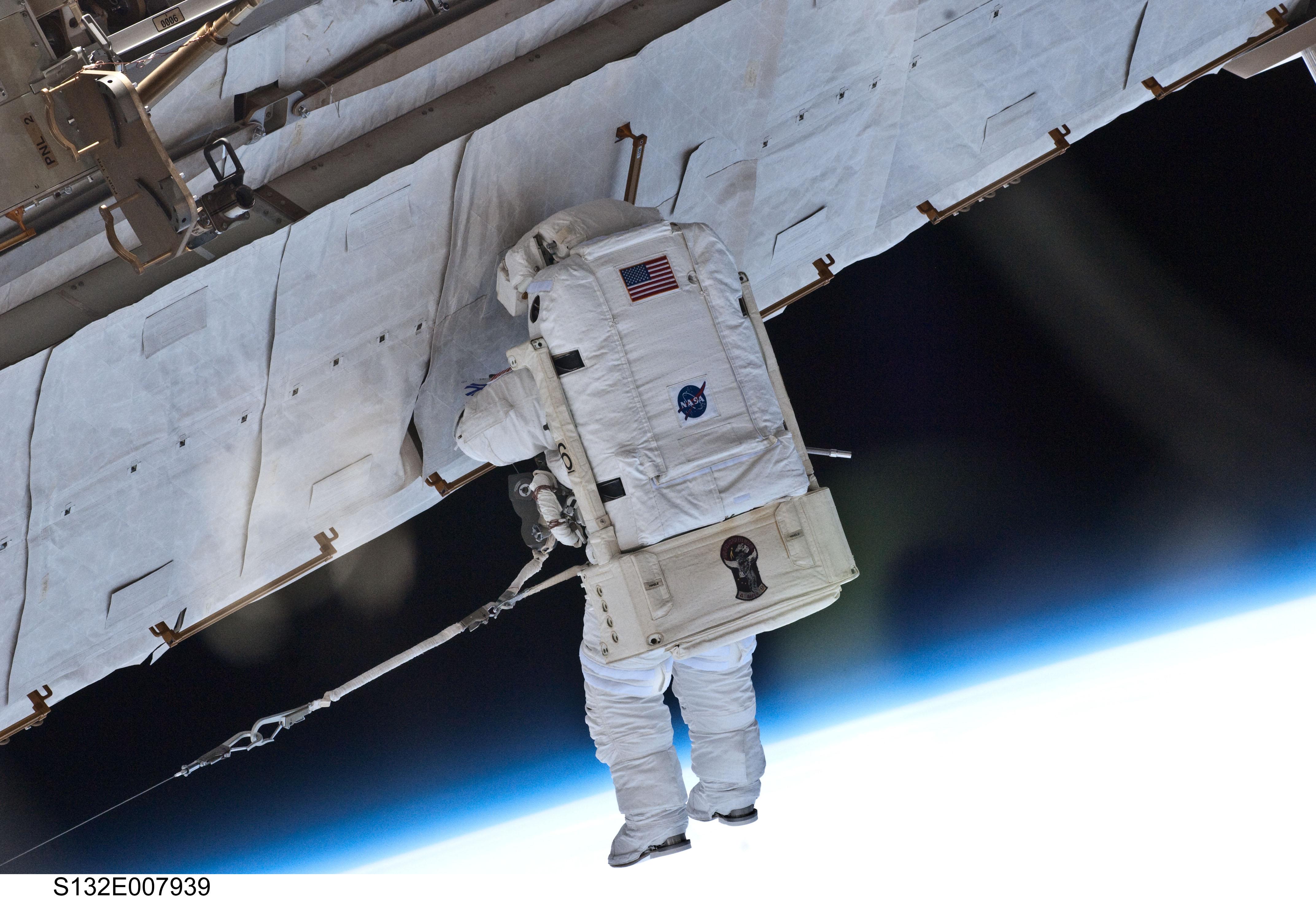 File:STS132 Garrett Reisman EVA1 4.jpg.