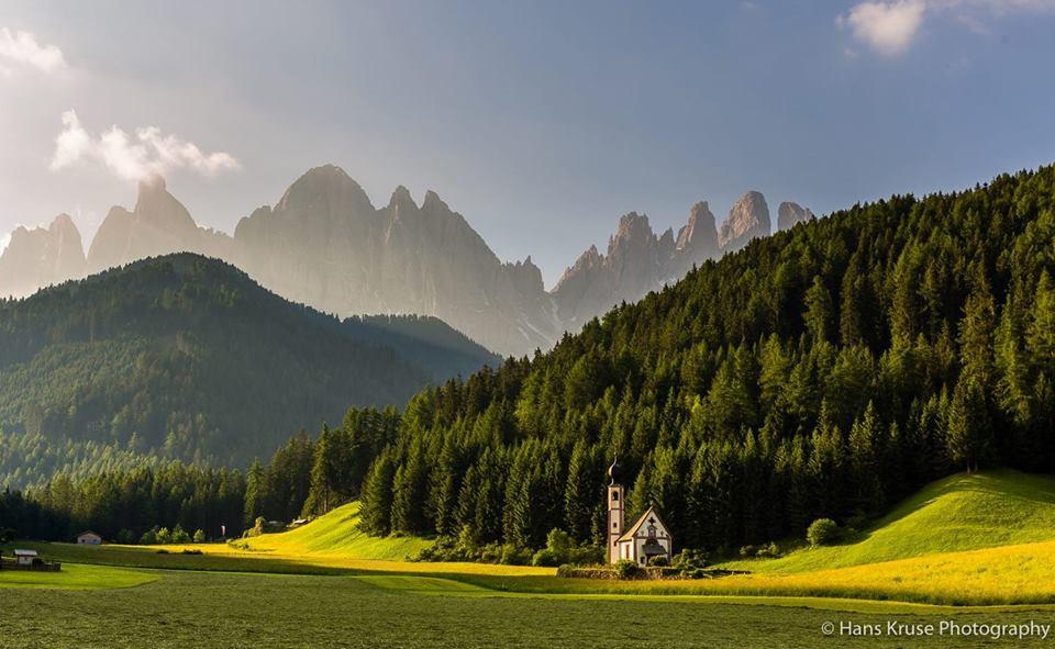La chiesetta di San Giovanni, val di Funes, dietro le Odle.