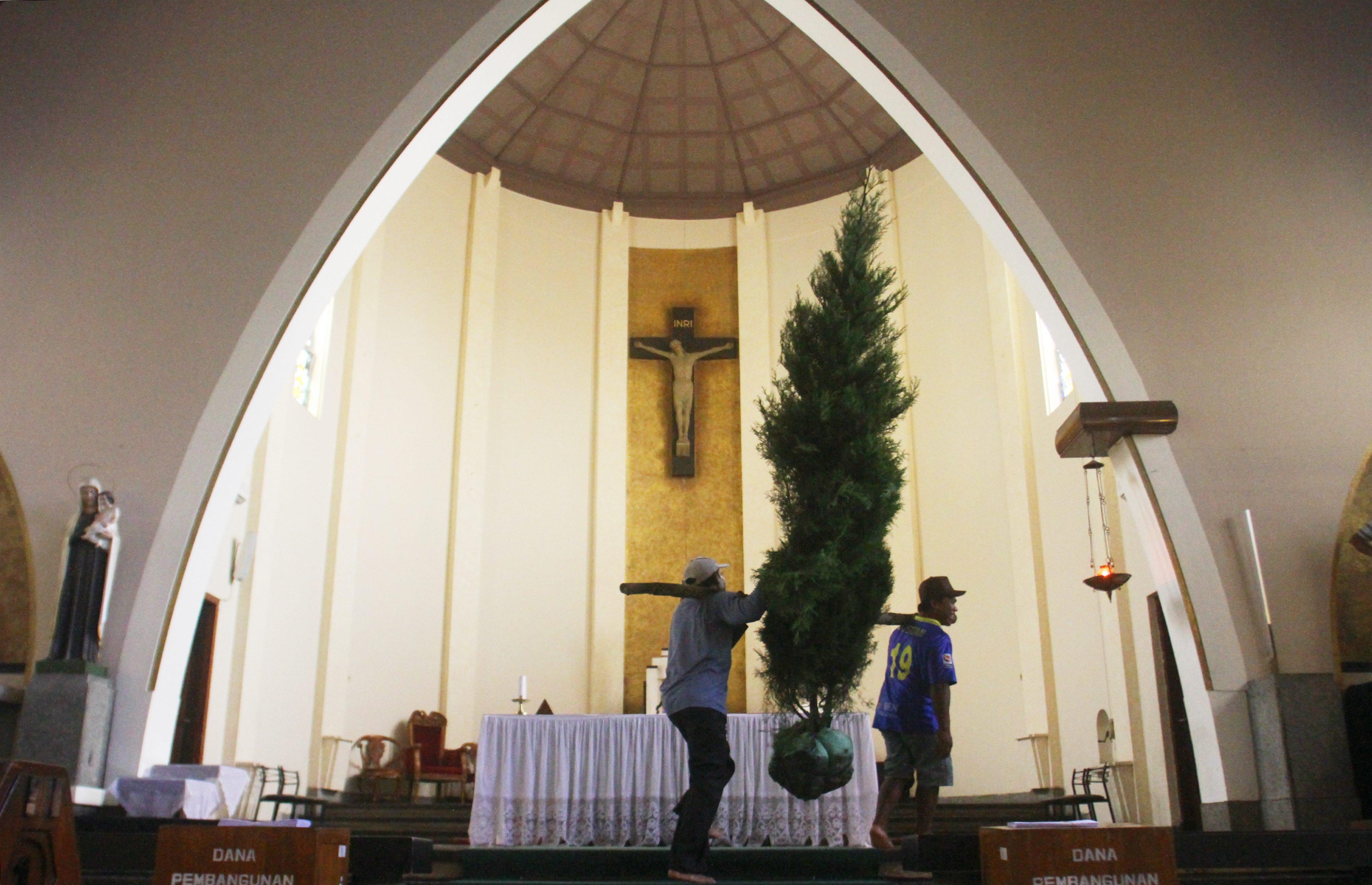 Persiapan Gereja Katedral Ijen Malang Menyambut Natal.