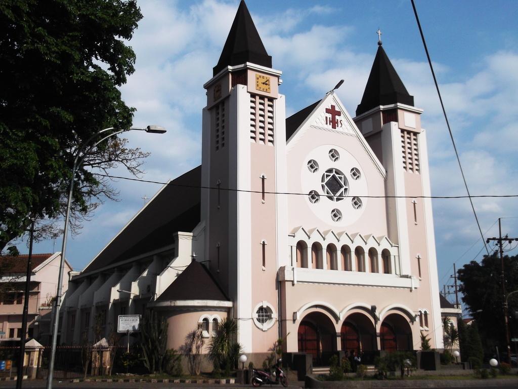 Gereja Katolik Katedral Santa Perawan Maria dari Gunung Karmel.
